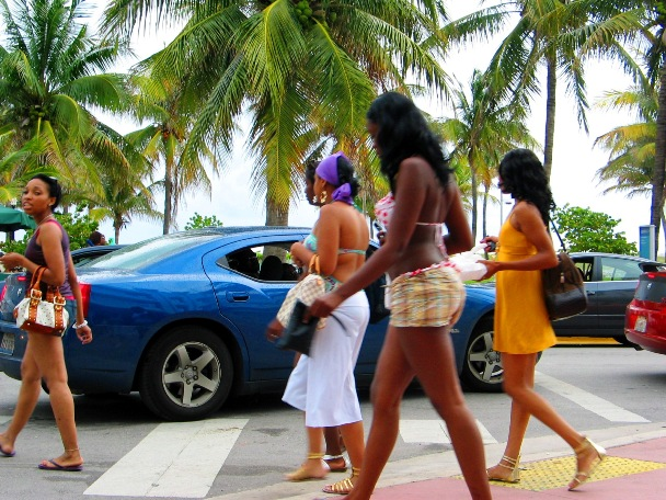 Pretty Girls Pass Blue Hotrod - © 2oo9 JiMmY RocKeR PhoToGRaPhY